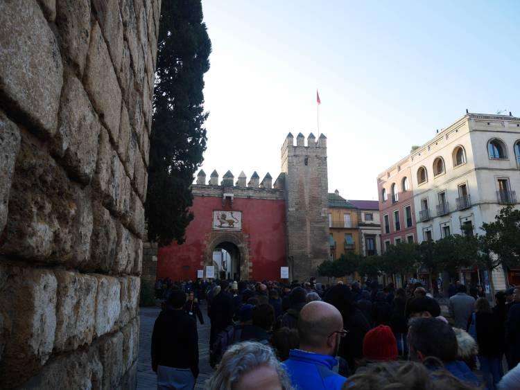 File devant l'entrée de l'Alcazar de Séville