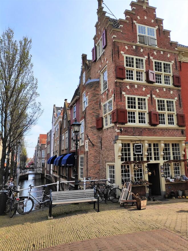 Vue sur canal et bâtiments à Delft
