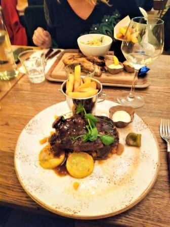 Steak grillé avec sauce caramélisée