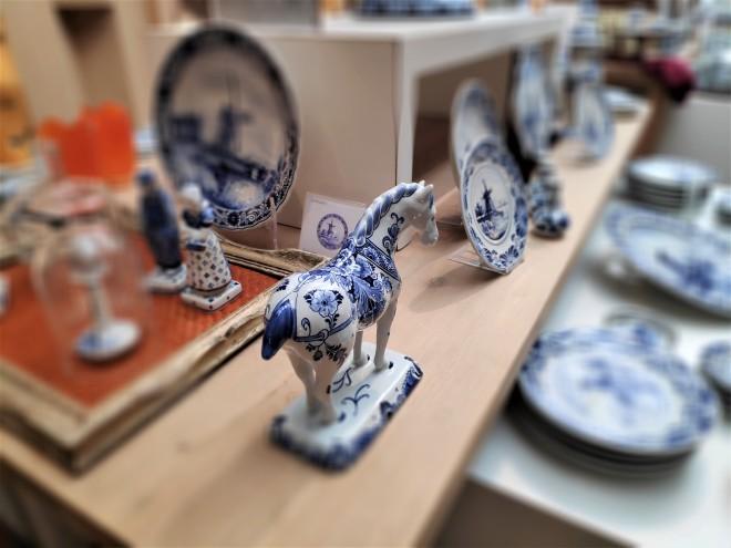 Cheval en bleu de Delft chez Royal Delft
