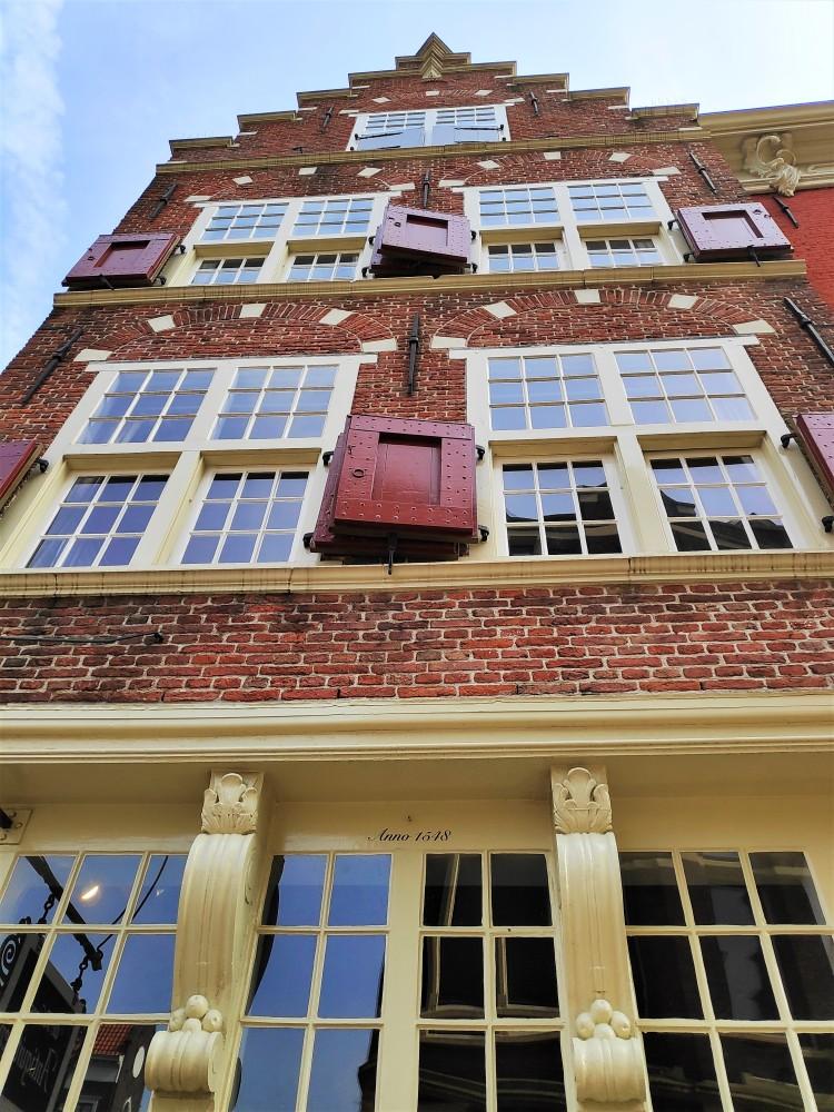 Vue sur bâtiment historique de Delft