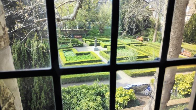 Vue sur le jardin du musée Prinsenhof