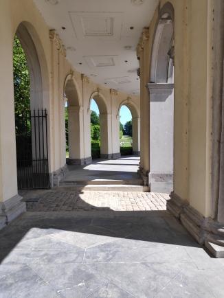 Les arcades dans la cour du Château de Seneffe