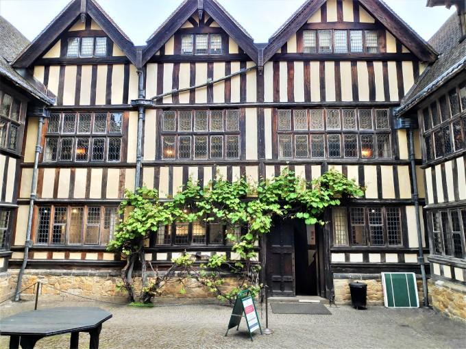 Dans la cour du Château de Hever dans le Kent