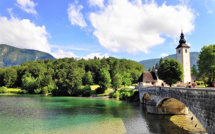 Le pont et l'église du Lac de Bohinj