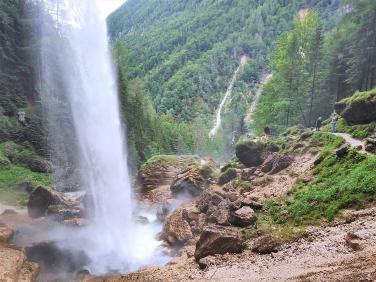 Depuis l'intérieur de la cascade de Pericnik