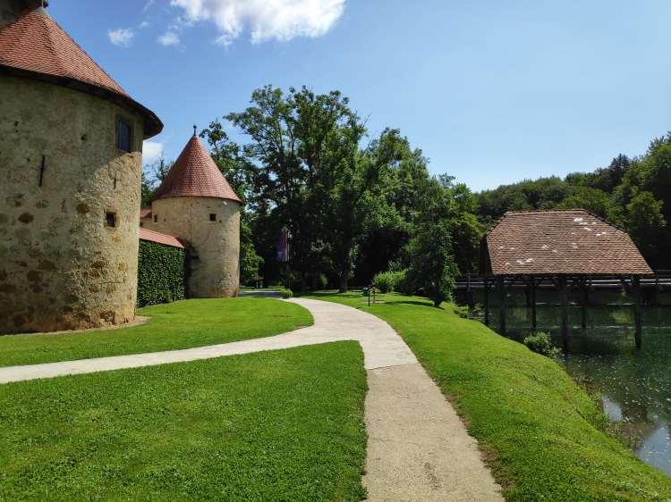 Otocec, le seul château de Slovénie entouré d'eau.