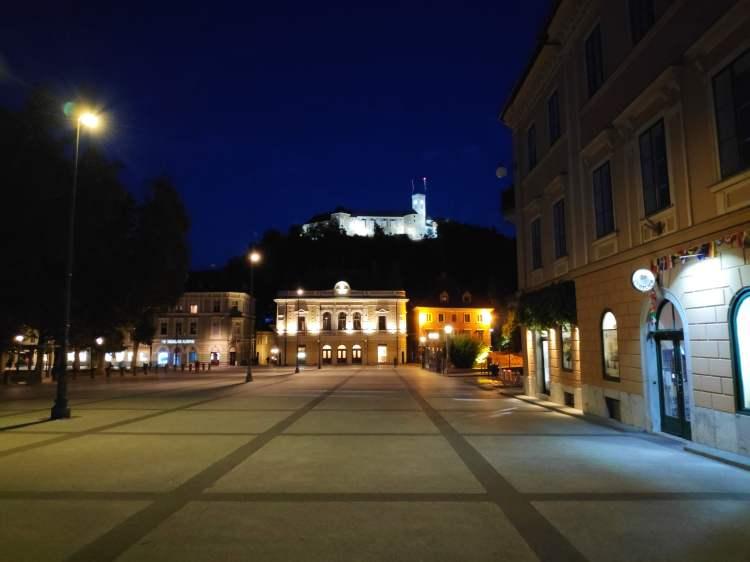 Vue sur le château de Ljubljana la nuit