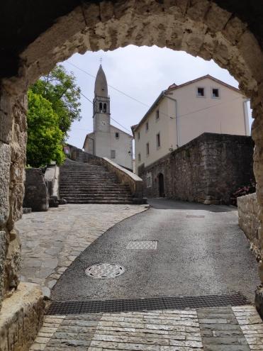 Entrée du village de Stanjel en Slovénie