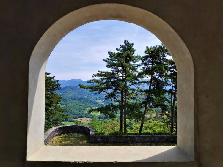 Vue carte postale depuis le Jardin Ferrari de Stanjel en Slovénie