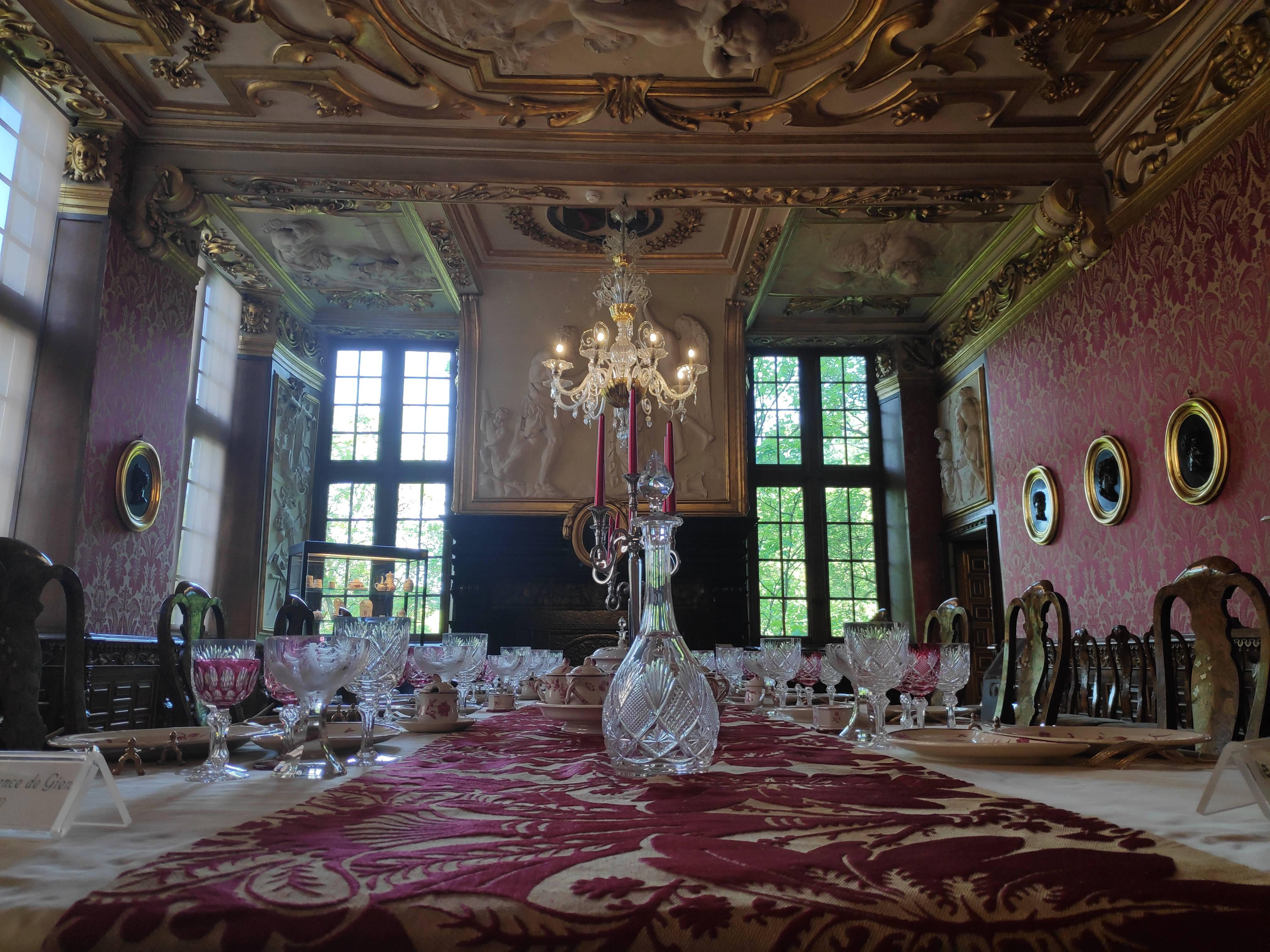 Salle à manger au château de Modave
