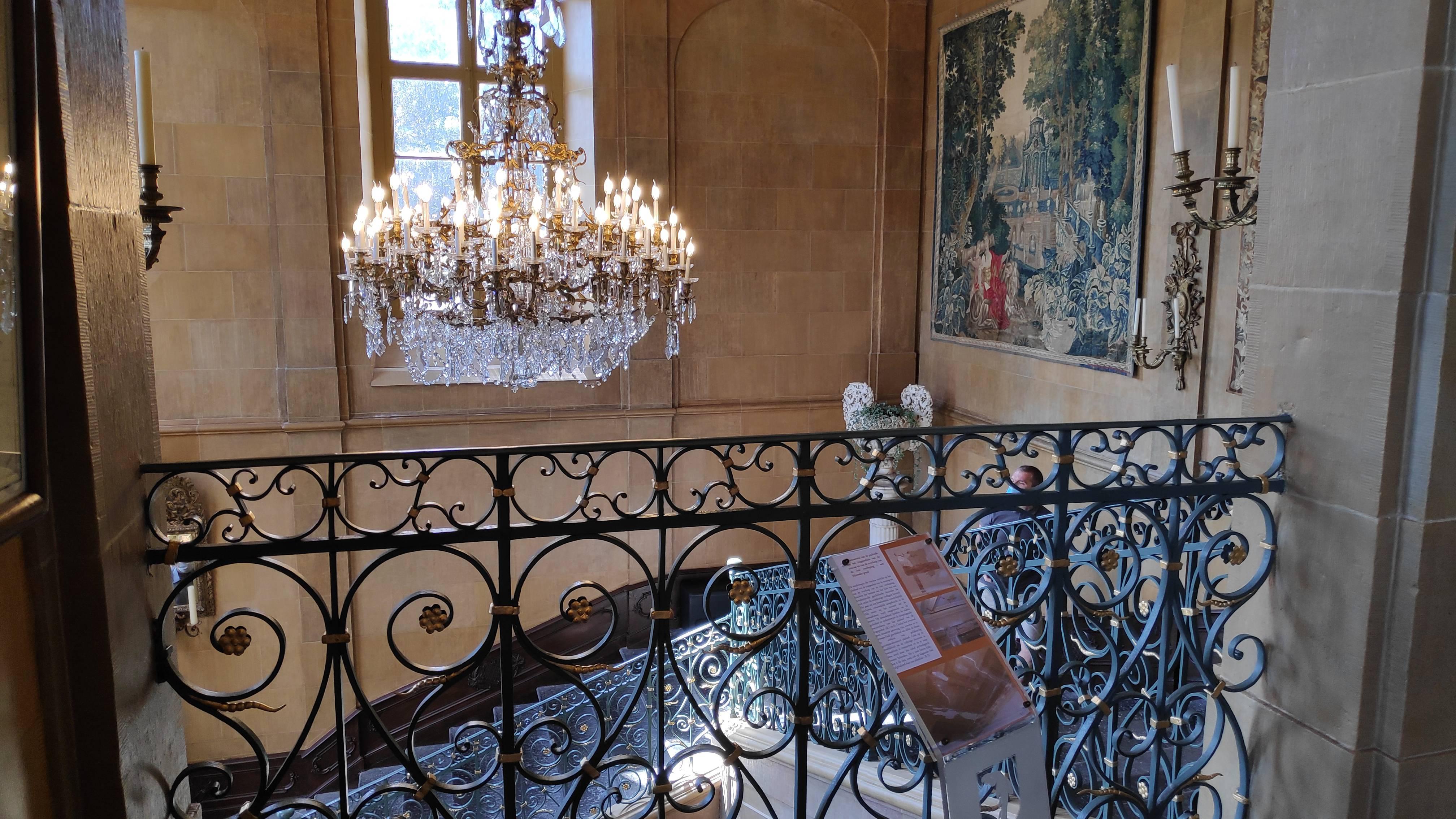 Lustre et escalier, château de Modave, province de Liège